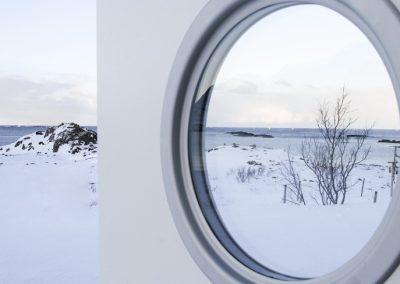 Bilde av en dør som åpnes til et vinterlandskap