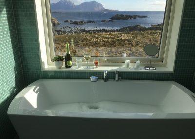Bilde av badekar og utsikt mot havet