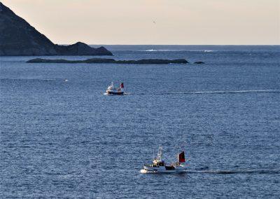 Bilde av 2 fiskebåter på havet